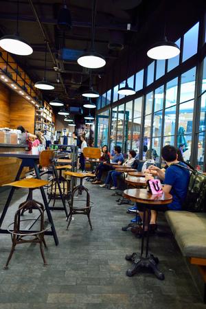 BANGKOK, THAILAND - 21 juni 2015: Starbucks Cafe interieur. Starbucks Corporation is een Amerikaans mondiaal Coffee Company en koffiehuis keten gevestigd in Seattle, Washington Redactioneel