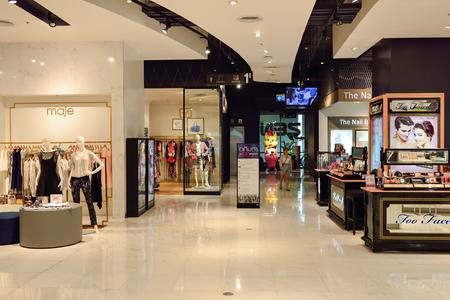 BANGKOK, Tailandia - 20 de junio de 2015: compras interior central. Los centros comerciales y grandes almacenes como Siam Paragon, Central World Plaza, Emperium, Gaysorn y el Central Chidlom vuelven meca de las compras para las compras
