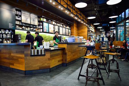 BANGKOK, Tailandia - 21 de junio, 2015: Starbucks del interior del café. Starbucks Corporation es una compañía global de café americano y la cadena de café con sede en Seattle, Washington Editorial