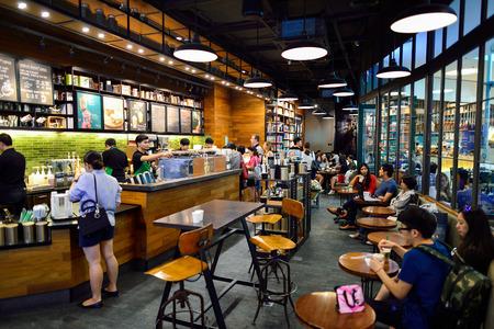 バンコク, タイ王国 - 2015 年 6 月 21 日: スターバックス カフェのインテリア。スターバックス ・ コーポレーションは、ワシントン州シアトルに拠点