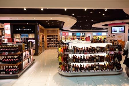 DUBAI - 23 de junio de 2015: El Dubai interior zona de tiendas libres de impuestos. El aeropuerto internacional de Dubai es el principal aeropuerto que sirve Dubai y es el aeropuerto más ocupado del mundo por tráfico de pasajeros internacionales