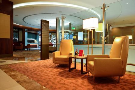 ドバイ - 2015 年 6 月 23 日: エミレーツ航空ビジネス クラス ラウンジのインテリア。エミレーツ航空は、中東地域で最大の航空会社です。基づくドバイ, アラブ首長国連邦の航空会社です。
