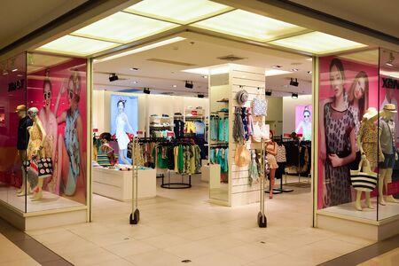 BANGKOK, THAILAND - 20. Juni 2015: Einkaufszentrum Interieur. Einkaufszentren und Kaufhäuser wie Siam Paragon, Central World Plaza, Emperium, Gaysorn und Central Chidlom werden Shopping-Mekka für Shopping-Süchtige
