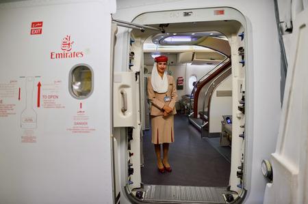 香港 - 2015 年 9 月 9 日: エミレーツ航空 A380 フライト ・ アテンダント。エミレーツ航空は、空港での乗客の交通および航空機動きの主要な部分を処理します。