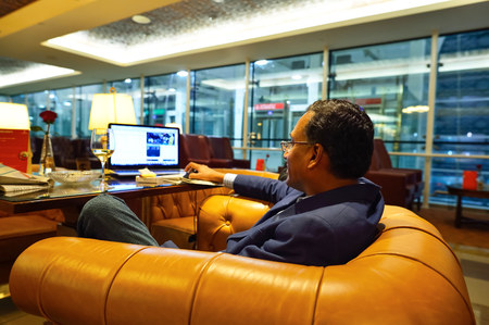 DUBAI - SEPTEMBER 08, 2015: Emirates business class lounge interior. Emirates is the largest airline in the Middle East. It is an airline based in Dubai, United Arab Emirates. Éditoriale