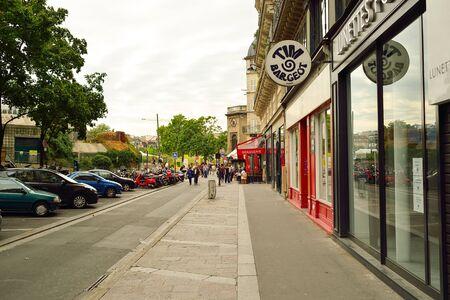 PARIJS, FRANKRIJK - AUGUSTUS 09, 2015: straten van Parijs. Parijs, oftewel City of Love, is een populaire reisbestemming en een grote stad in Europa