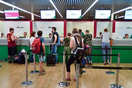Rom, Italien - 16. August 2015: Passagiere in Flughafen Fiumicino. Fiumicino - Leonardo da Vinci International Airport ist ein wichtiger internationaler Flughafen in Rom, Italien