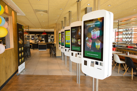 La Ville-aux-Dames, FRANCIA - 12 agosto, 2015: ristorante interno McDonald. McDonald è la più grande catena al mondo di fast food hamburger, fondata negli Stati Uniti.