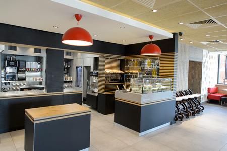La Ville-aux-Dames, FRANCIA - 12 de agosto, 2015: Interior del restaurante de McDonald. McDonald es la mayor cadena mundial de restaurantes de comida rápida de hamburguesas, fundada en los Estados Unidos. Foto de archivo - 51054302