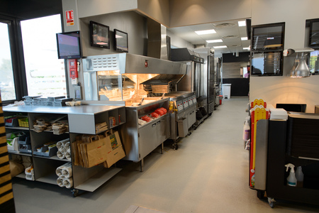 ラ ヴィル-AUX-貴婦人, フランス - 2015 年 8 月 12 日: マクドナルドのレストランのインテリア。マクドナルドはハンバーガー ファーストフード店、米国