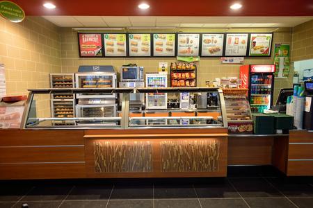 Niza, Francia - 15 DE AGOSTO, 2015: metro interior del restaurante de comida rápida. Metro es una franquicia de restaurante de comida rápida americana que vende principalmente sándwiches submarinos (subs) y ensaladas.