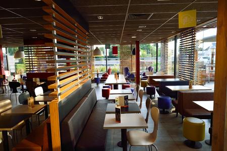 ORLEANS, Frankrijk - 12 augustus 2015: McDonald's restaurant interieur. McDonald's is 's werelds grootste keten van hamburger fast food restaurants, opgericht in de Verenigde Staten.