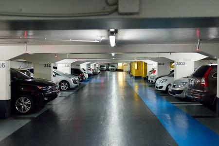 Nice, Frankrijk - 15 augustus 2015: een ondergrondse parkeergarage. Een parkeergarage is een gebouw ontworpen voor de auto parkeren en waar er een aantal verdiepingen of niveaus waarop het parkeren plaatsvindt