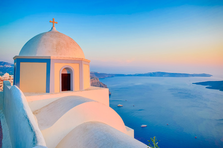 Orthodox Church building on Santorini island at evening, Greece Imagens