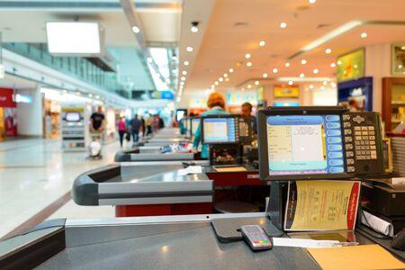 DUBAI, Emirati Arabi Uniti - 18 aprile 2014: cassa in Dubai Duty Free. Dubai Duty Free è la società responsabile per le operazioni di duty-free in aeroporto internazionale di Dubai