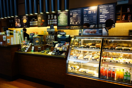 SHENZHEN, CHINA - 15 oktober 2015: Starbucks Cafe interieur. Starbucks Corporation is een Amerikaans mondiaal Coffee Company en koffiehuis keten gevestigd in Seattle, Washington Redactioneel