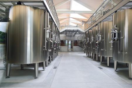 Margaux, Frankrijk - AUGIST 13, 2015: Metal vaten op Chateau Margaux wijn fabriek. Chateau Margaux, archaïsch La Mothe de Margaux, is een wijndomein van Bordeaux wijn, en was een van de vier wijnen Premier cru status in de Bordeaux Classificatie van 1 te bereiken Redactioneel