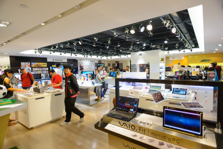 HONG KONG - MAY 17, 2015: shopping center interior. In Hong Kong a wide selection of clothing boutiques, designer flagship stores, restaurants, daily shows and exhibitions Éditoriale