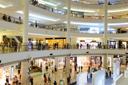 쿠알라 룸푸르, 말레이시아 -2004 년 4 월 23 일 : 수리아 KLCC 쇼핑몰 페트로나스 트윈 타워. 수리아 KLCC는 말레이시아 최대의 쇼핑몰 중 하나입니다.