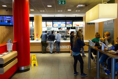 PRAAG, Tsjechie - 18 augustus 2015: Het restaurant van McDonald's. McDonald's is 's werelds grootste keten van hamburger fast food restaurants, opgericht in de Verenigde Staten. Redactioneel