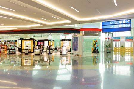DUBAI, UAE - 04 de junio de 2014: área de venta minorista en el primer sótano A. Dubai Duty Free es la empresa responsable de las operaciones libres de impuestos en el aeropuerto internacional de Dubai