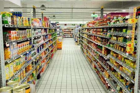 Bègles, FRANCIA - 13 agosto, 2015: Simply Market supermercato interno. Simply Market è un marchio di supermercati francesi formatisi nel 2005. Questo marchio è un concetto nuovo per sostituire eventualmente supermercati Atac Editoriali