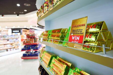 DUBAI - September 08, 2015: disparo de cerca de estantes con chocolate en Dubai Duty Free. Dubai Duty Free es la mayor operación de venta único aeropuerto del mundo