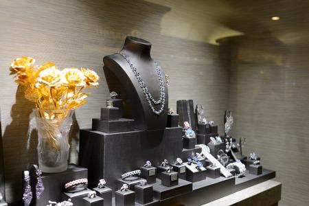 香港 - 2015 年 5 月 6 日: 宝石店のガラスケース。香港は、玉と金の供給を中心に、世界中のジュエリーの大輸出国です。 報道画像