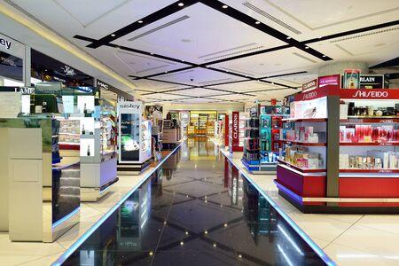DUBAI - 16 noviembre 2015: interior de Dubai Duty Nivel gratuito. Dubai Duty Free es la mayor operación de venta único aeropuerto del mundo