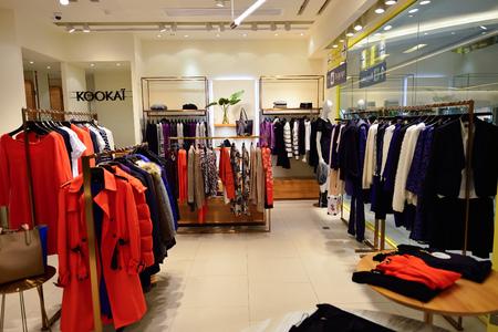 HONG KONG - 2. November 2015: Innere einer Boutique in New Town Plaza. New Town Plaza ist ein Einkaufszentrum in der Stadtmitte von Sha Tin in Hongkong. Entwickelt von Sun Hung Kai Properties