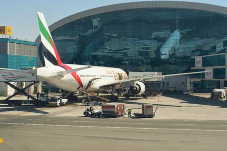 DUBAI, Émirats Arabes Unis - 16 novembre 2015: Boeing 777-300 amarré à l'aéroport de Dubaï. L'aéroport international de Dubaï est un aéroport international desservant Dubaï. Il est une plaque tournante de grande compagnie aérienne au Moyen-Orient, et est le principal aéroport de Dubaï.