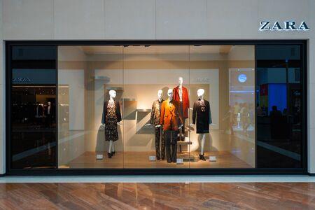 SINGAPORE - 8 november 2015: etalage van Zara winkel. Zara is een Spaanse kleding en accessoires retailer gevestigd in Arteixo, Galicië, en in 1975 opgericht door Amancio Ortega en Rosalia Mera Redactioneel