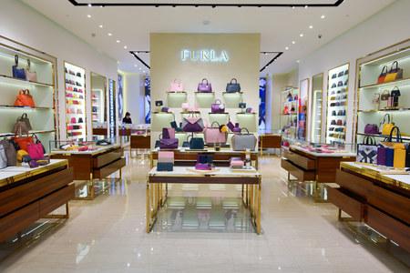 SINGAPORE - 8 november 2015: binnenland van Furla winkel in The Shoppes op Marina Bay Sands. Furla met Italiaanse ontworpen producten die variëren van handtassen en schoenen tot accessoires