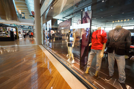 SINGAPORE - 8 november 2015: binnenland van Armani Exchange-archief. Armani Exchange is verkoopt mode en lifestyle producten en staat bekend om haar af en provocerende advertentiecampagnes.
