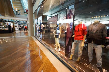 SINGAPUR - 08 listopada 2015: Wnętrze Armani Exchange sklepu. Armani Exchange to sprzedaje mody i stylu życia produktów i jest znana z czasem prowokacyjnych kampanii reklamowych.