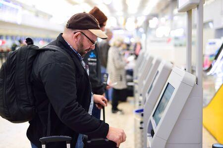GINEBRA, SUIZA - 19 de noviembre, 2015: pasajeros el uso de auto-registro quiosco en el aeropuerto de Ginebra. El aeropuerto internacional de Ginebra es el aeropuerto internacional de Ginebra, Suiza. Se encuentra a 4 km al noroeste del centro de la ciudad.