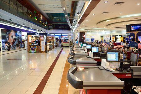 Dubai, Emirati Arabi Uniti - 16 novembre 2015: interno del Dubai Duty Free. Dubai Duty Free è la più grande operazione al dettaglio per singolo aeroporto al mondo Editoriali