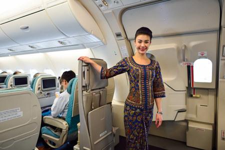 SINGAPUR - 03 de noviembre, 2015: miembro de la tripulación de Singapore Airlines a bordo del Airbus A380. Singapore Airlines Limited es la compañía de bandera de Singapur, que opera desde su centro de operaciones en el aeropuerto Changi Editorial