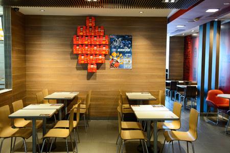 深セン, 中国 - 2015 年 5 月 25 日: マクドナルドのレストランのインテリア。マクドナルドはハンバーガー ファーストフード店、米国で設立された世界