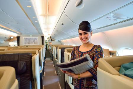 SINGAPUR - 10 de noviembre de 2015: miembro de la tripulación de Singapore Airlines a bordo del Airbus A380. Singapore Airlines Limited es la compañía de bandera de Singapur, que opera desde su centro de operaciones en el aeropuerto Changi