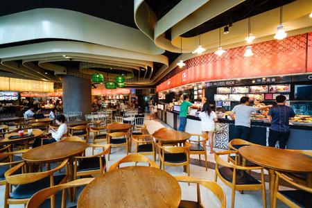 싱가포르 - 년 11 월 08 : 2015 년 마리나 베이 샌즈 샵스에있는 푸드 코트. 마리나 베이 샌즈 샵스 싱가포르 최대 규모의 고급 쇼핑몰 중 하나입니다