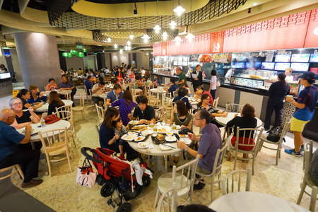 SINGAPORE - NOVEMBER 08, 2015: interior of food court of The Shoppes at Marina Bay Sands. The Shoppes at Marina Bay Sands is one of Singapore's largest luxury shopping malls Éditoriale