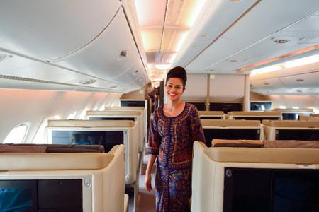싱가포르 - 년 11 월 03 : 2015 년 에어 버스 A380의 보드에 싱가포르 항공 승무원. 싱가포르 항공 Limited는 창이 공항의 허브에서 운영하고 싱가포르의 국기 항공사입니다