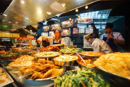 SINGAPORE - 8 novembre 2015: scelta di cibo preparato nel bar presso la corte di cibo di The Shoppes a Marina Bay Sands. The Shoppes at Marina Bay Sands è uno dei più grandi centri commerciali di lusso di Singapore