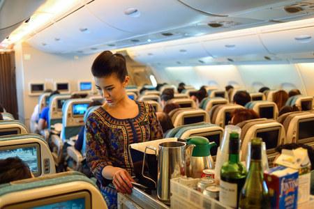 SINGAPUR - 03 de noviembre, 2015: miembro de la tripulación de Singapore Airlines a bordo del Airbus A380. Singapore Airlines Limited es la compañía de bandera de Singapur, que opera desde su centro de operaciones en el aeropuerto Changi