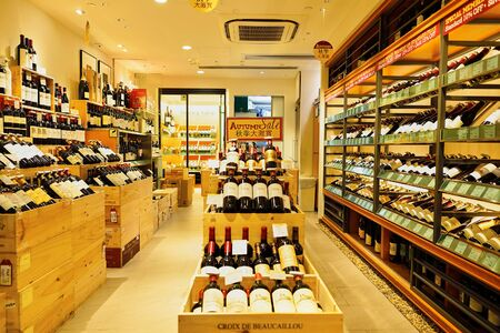 HONG KONG - 2. November 2015: Innere des Weinhandlung in der New Town Plaza. New Town Plaza ist ein Einkaufszentrum in der Stadtmitte von Sha Tin in Hongkong. Editorial