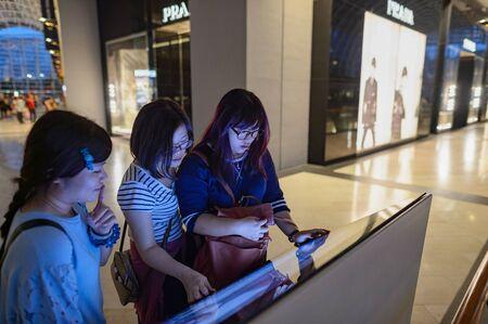 SINGAPOUR - 8 novembre 2015: les gens dans The Shoppes at Marina Bay Sands. The Shoppes at Marina Bay Sands est l'un des plus grands centres commerciaux de luxe de Singapour