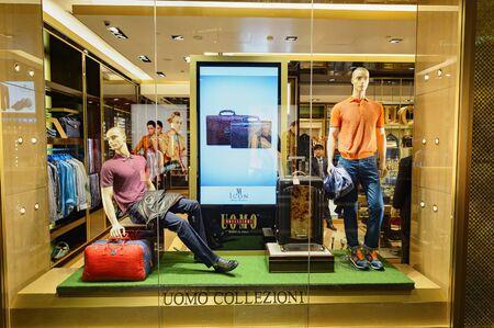 SINGAPUR - 07 listopada 2015: Wnętrze Shoppes w Marina Bay Sands. W Shoppes w Marina Bay Sands jest jednym z największych centrów handlowych w Singapurze luksusowe