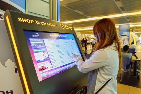 チャンギ空港のシンガポール - 2015 年 11 月 9 日: 乗客。シンガポール ・ チャンギ空港は東南アジアの最も大きい交通機関のハブの 1 つ、シンガポー 報道画像