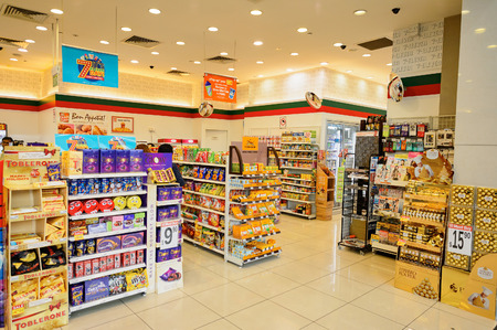 SINGAPORE - NOVEMBER 08, 2015: interior of 7-Eleven store. 7-Eleven is an international chain of convenience stores Éditoriale